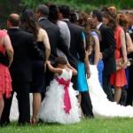 結婚式のお呼ばれされた時の服装はどうしてる?